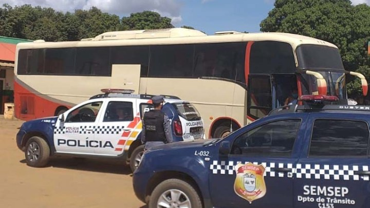 MT: Polícia Militar apreende ônibus em situação irregular nas margens da BR-163