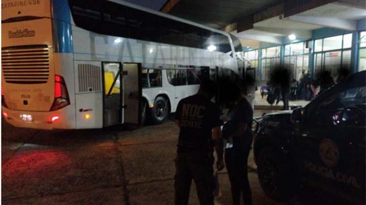 Vídeo: Polícia Civil apreende passageiros da Catarinense com entorpecentes em Laranjeiras do Sul