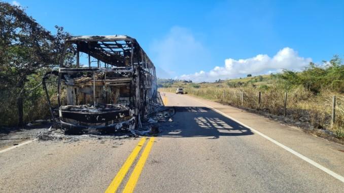 MG: Ônibus rodoviário acaba destruído BR-418 neste domingo