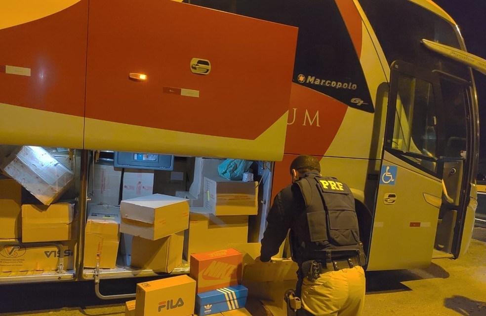 MG: PRF apreende 1.200 calçados que estavam sendo transportados em ônibus na BR-262