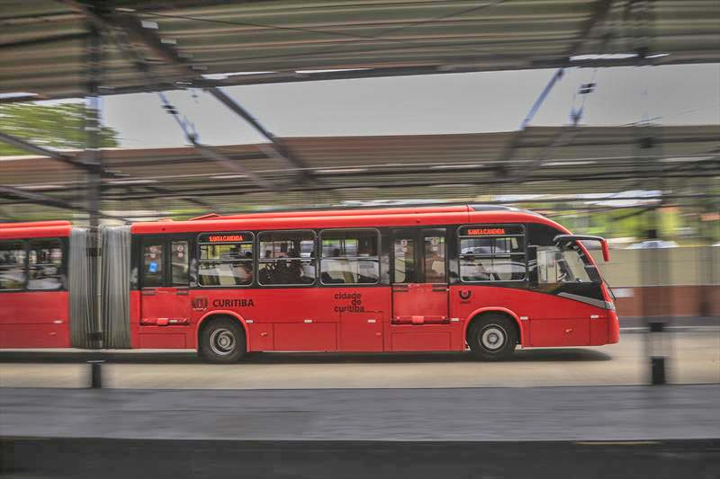 Ônibus voltam a operar com metade da lotação a partir desta sexta em Curitiba