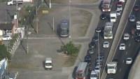 Rio: Carros e ônibus sobem na calçada para fugir de engarrafamento na Avenida Brasil