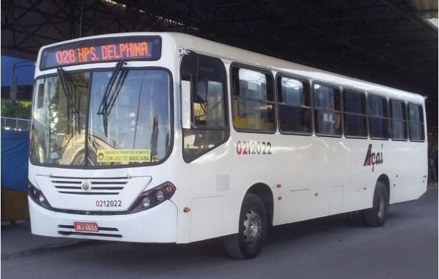 Ônibus chama atenção em Manaus usando duas placas diferentes