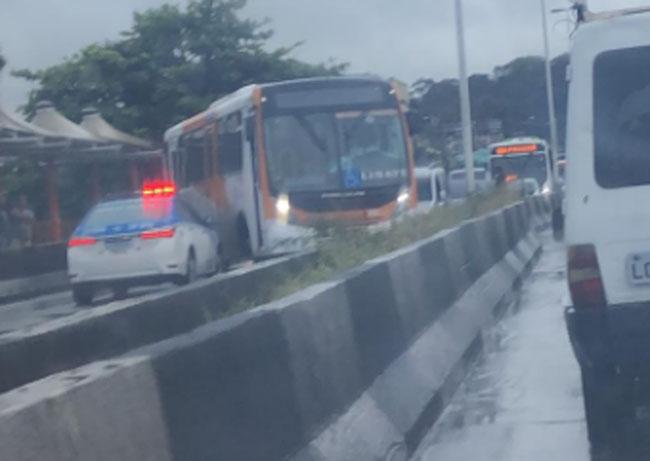 Vídeo: Perseguição policial fecha viaduto da Posse em Nova Iguaçu