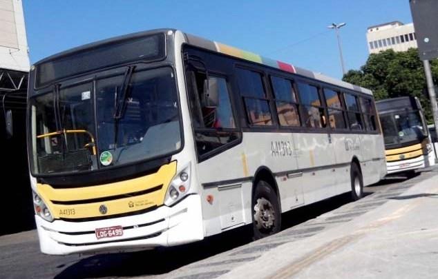 Rio: Ônibus perde controle,  sobe calçada e atinge poste na Barra da Tijuca
