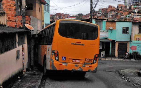 Micro-ônibus invade casa no bairro de Narandiba em Salvador