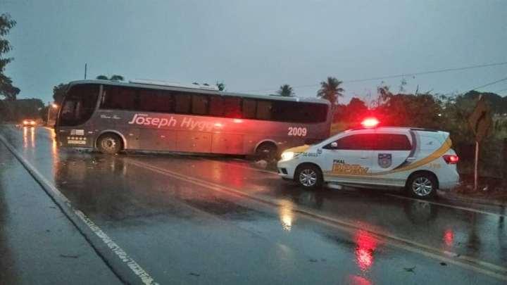 SE: Ônibus da Viação Joseph Hyggor fecha parte da rodovia AL-110