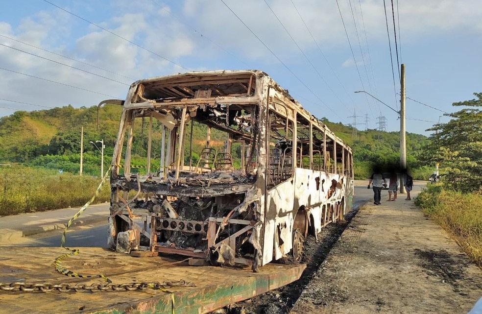 ES: ônibus é incendiado em Cariacica nesta madrugada de quinta-feira