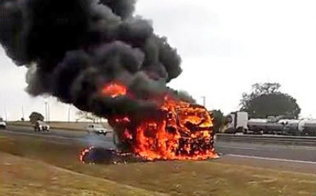 SP: Micro-ônibus que transportava pacientes pega fogo na rodovia Marechal Rondon