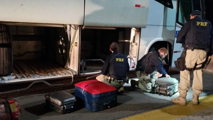 PRF prende passageiro transportando entorpecentes em ônibus na BR-290