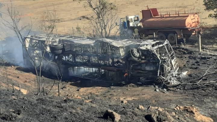 MS: Ônibus é destruído pelo fogo após acidente em Chapadão do Sul