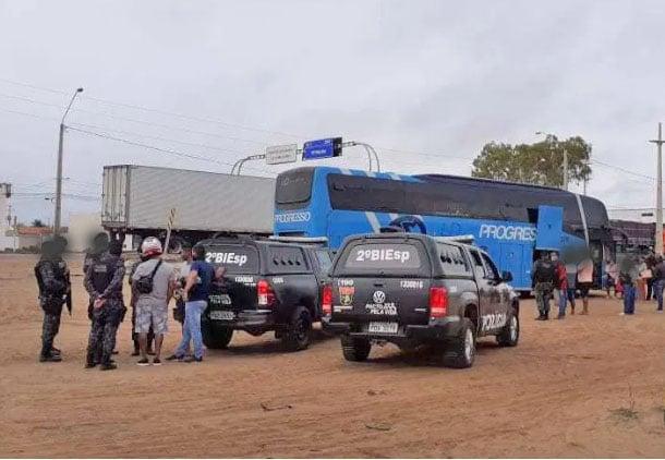 PE: Ônibus da Progresso é interceptado na BR-428 em Petrolina