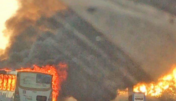 Vídeo: Ônibus da Expresso São José é incendiado por manifestantes na Via Estrutural no DF
