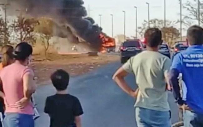 Vídeo: Mais um ônibus é incendiado no Assentamento 26 de setembro em Taguatinga