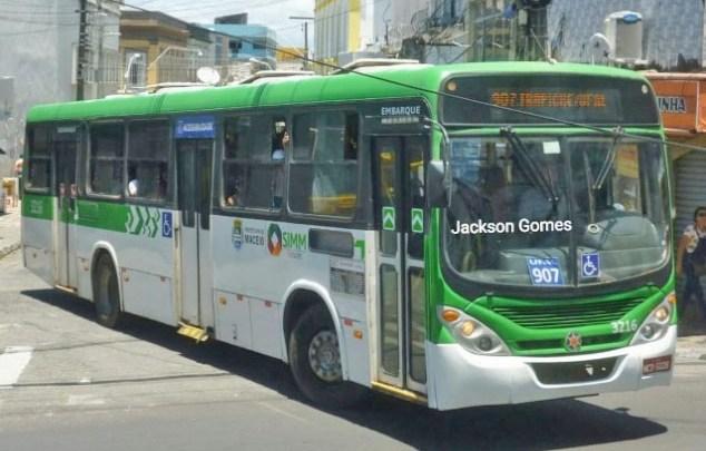 Maceió: Protesto de ex-funcionários da Veleiro trava o trânsito na Avenida Fernandes Lima