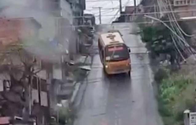 Vídeo: Viagem chama atenção com 'drift' em micro-ônibus de Manaus