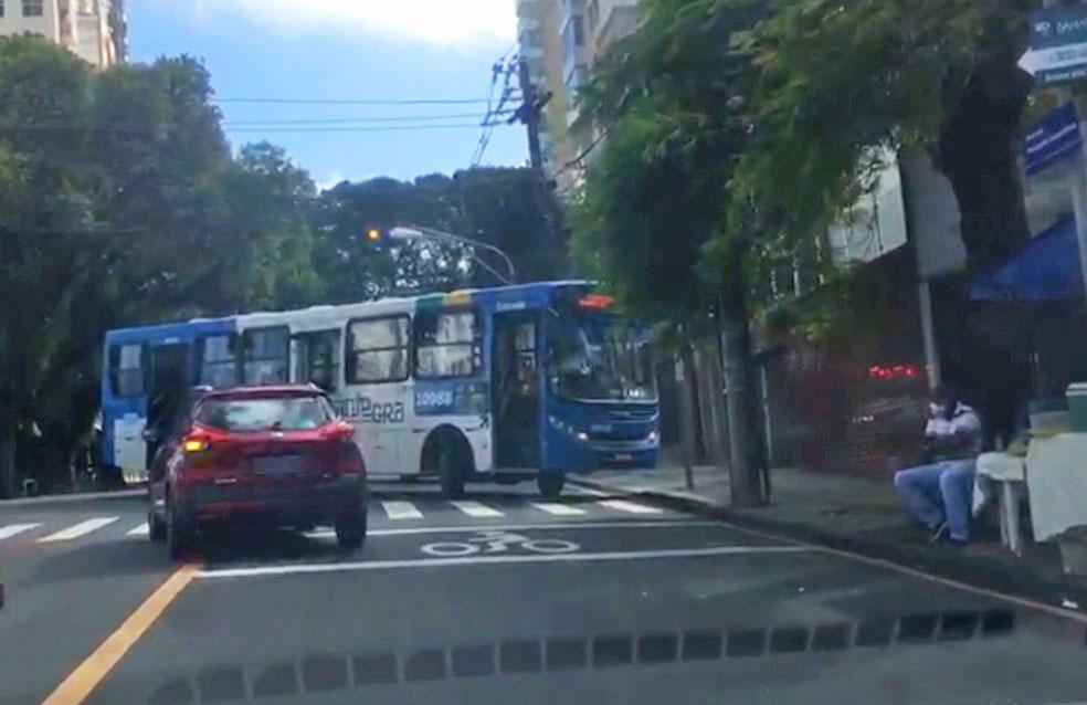 Salvador: Ônibus do CSN tem defeito em freio e fica atravessado em avenida