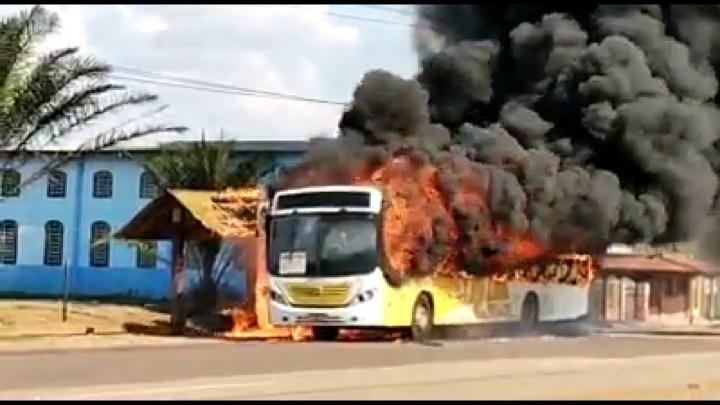 Ônibus da Viação Floresta pega fogo em rodovia do Acre