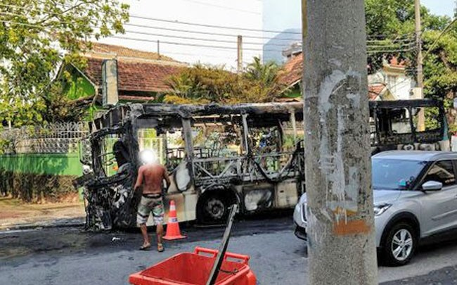 Vídeo: Ônibus pega fogo no bairro do Grajaú no Rio de Janeiro nesta manhã
