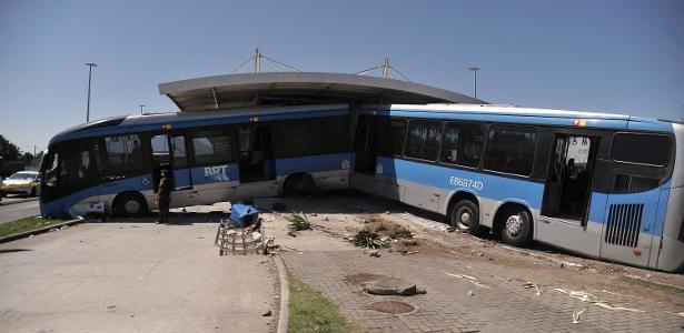 Vídeo: Acidente com ônibus do BRT Rio deixa 15 feridos na Zona Oeste