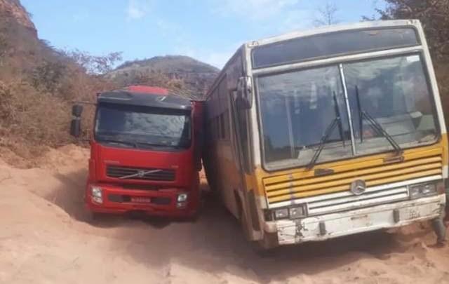 PI: Caminhão e ônibus atolam em trecho de terra  no Sul do Piauí