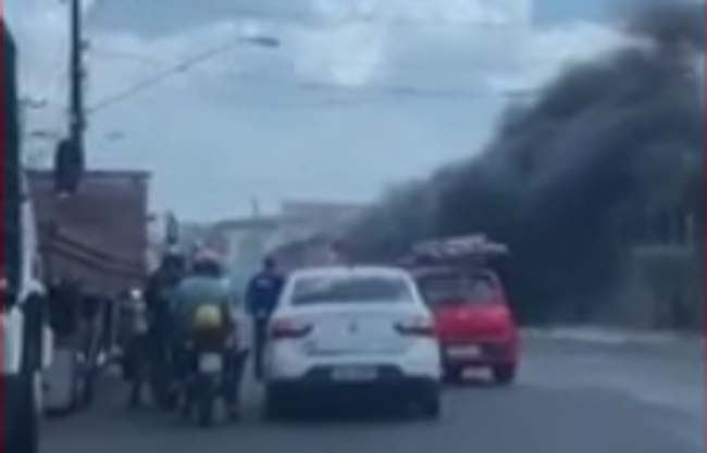 Vídeo: Ônibus pega fogo em São Luís nesta terça-feira