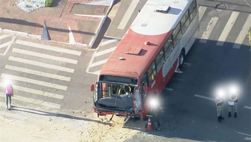 Belo Horizonte: Colisão entre ônibus, deixa dois feridos nesta manhã de sexta-feira