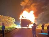 AC: Ônibus da Petroacre acaba destruído ao pegar fogo na BR-364