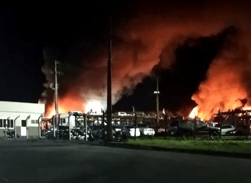Vídeo: Incêndio atinge polo automotivo e destrói carros, caminhões e ônibus