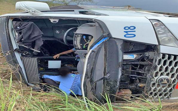 Vídeo: Micro-ônibus da Coopertalse capota em Tobias Barreto deixando um morto e oito feridos, diz polícia