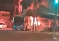 Mais um ônibus do Consórcio BRT Rio pega fogo na Zona Oeste. O segundo em 24 horas