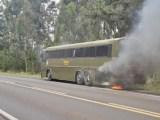 RS: Ônibus rodoviário da Brigada Militar pega fogo na BR-287 próximo de Santa Maria