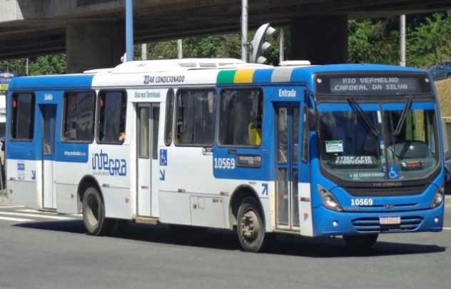 Dois ônibus ficam atolados na Estrada Velha do Aeroporto em Salvador