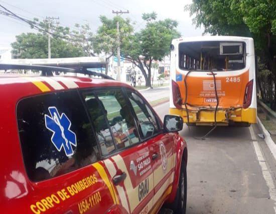 SP: Colisão entre dois ônibus acaba deixando 16 feridos em São José dos Campos