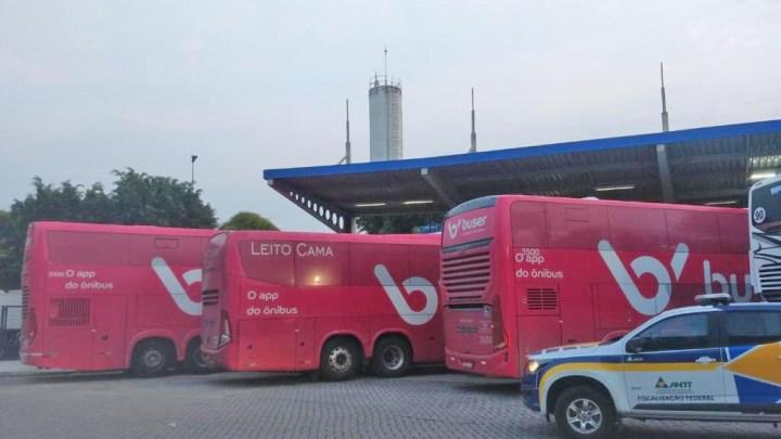 Vídeo: Fiscalização da ANTT apreende sete ônibus a serviço da Buser na Via Dutra