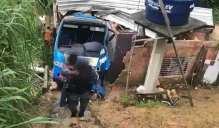 Vídeo: Micro-ônibus perde controle e invade casa nesta tarde em Manaus