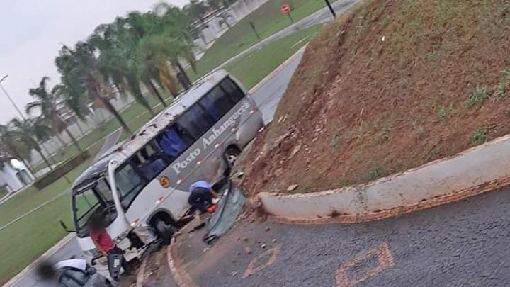 SP: Micro-ônibus tomba em Santa Rita do Passa Quatro com quatro pessoas a bordo