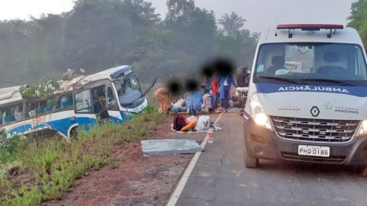 Ônibus da Martins Rent a Car capota com 40 passageiros do Amazonas