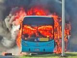 Vídeo: Ônibus acaba incendiado durante protesto  em São José dos Campos