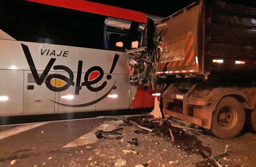 MG: Colisão entre ônibus e carreta deixa uma pessoa morta na BR-262 em Campos Altos
