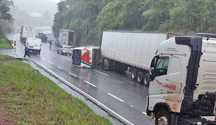 MG: Acidente entre micro-ônibus e carreta deixa 8 feridos na Rodovia Fernão Dias