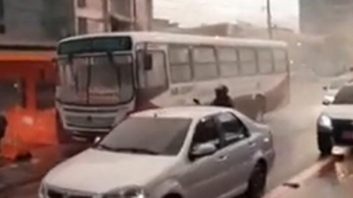 Ônibus pega fogo em Belém na tarde desta quarta-feira