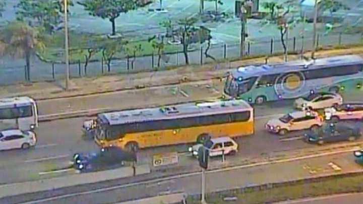 Vídeo: Rio inicia semana com ônibus do BRT lotados e coletivos convencionais enguiçados