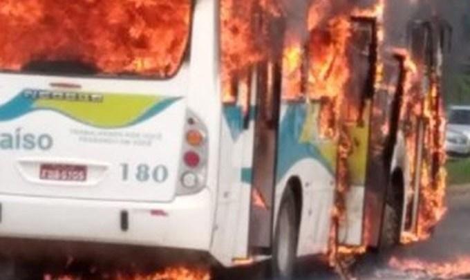 Vídeo: Ônibus pega fogo em Patrocínio/MG