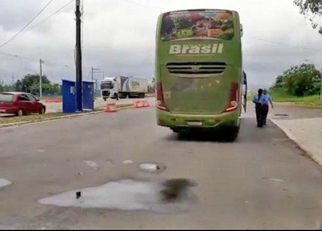 Vídeo: PRF da Bahia prende passageiros de ônibus transportando quase 25kg de entorpecentes na BR-116