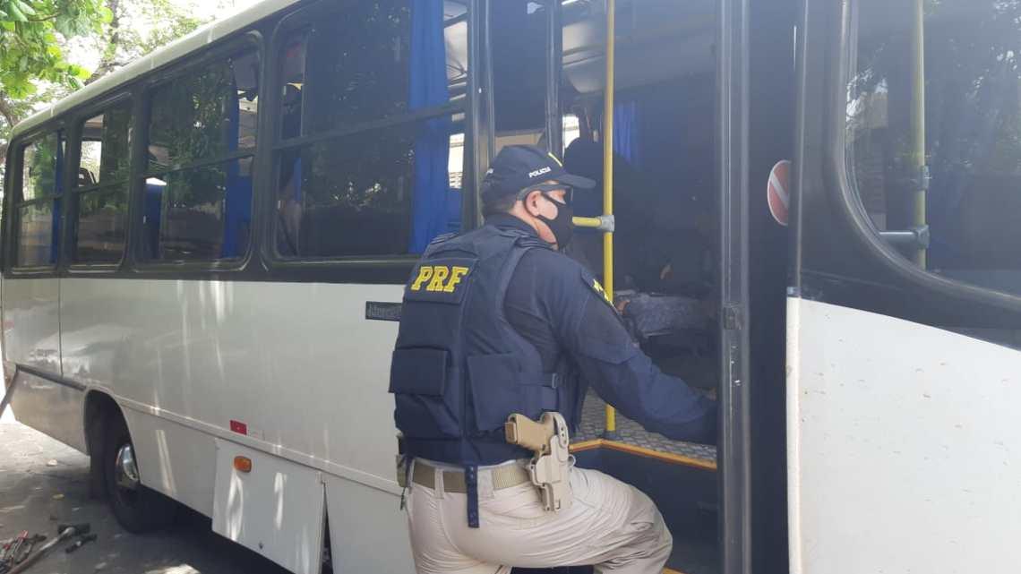 PRF apreende 700 kg de entorpecentes em micro-ônibus na BR-222 no interior do Ceará