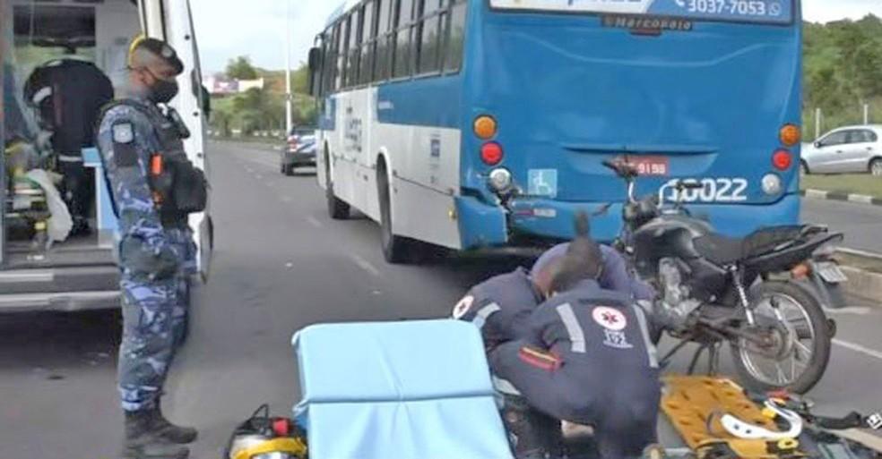 Salvador: Colisão entre moto e ônibus deixou dois feridos na Avenida Paralela nesta quarta-feira