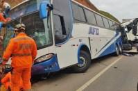 Vídeo: Acidente entre carreta e ônibus deixa dois mortos e seis feridos na BR-381