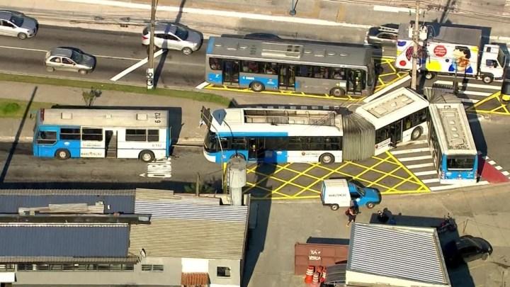 São Paulo: Ônibus biarticulado quebra e complica o trânsito na  Zona Sul
