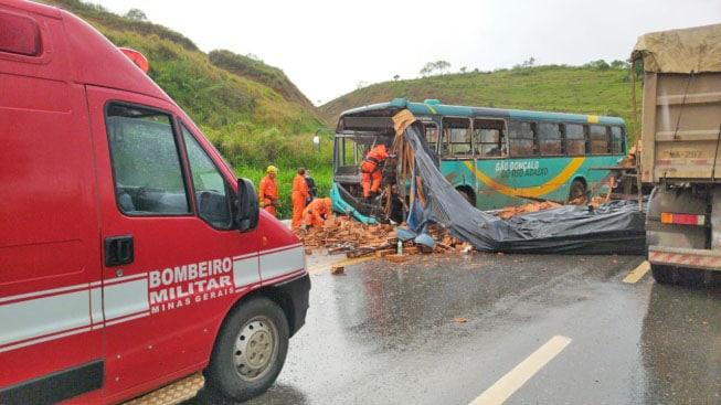 MG: Acidente entre caminhão com tijolos e ônibus na BR-381 deixa oito feridos